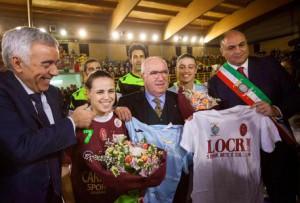 >>>ANSA/LE RAGAZZE DELLO SPORTING LOCRI IN CAMPO CONTRO LE MINACCELa squadra di calcio a 5 femminile