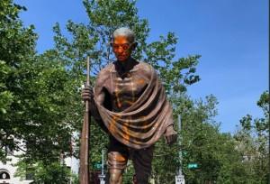 Statua di Gandhi imbrattata dai Black Lives Matter