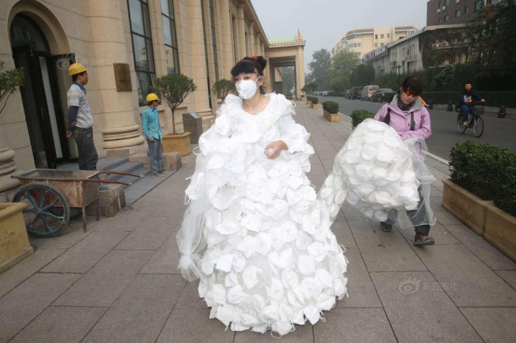 Super Kong Ning, artista cinese che protesta contro lo smog, e lo fa con  QO97