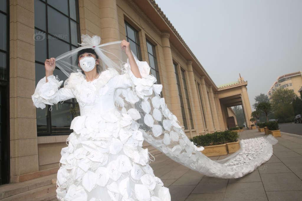Kong ning artista cinese che protesta contro lo smog e for Sposa che corre