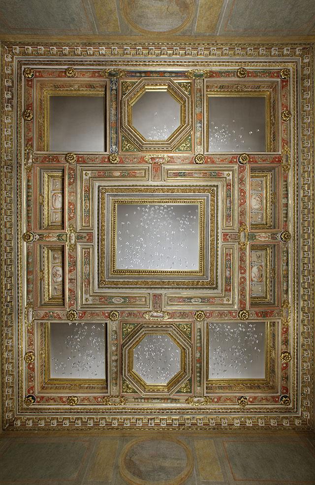 stanza_degli_amori_con_opera_di_Claudio_Parmiggiani_ph._Claudio_Abate_(3)