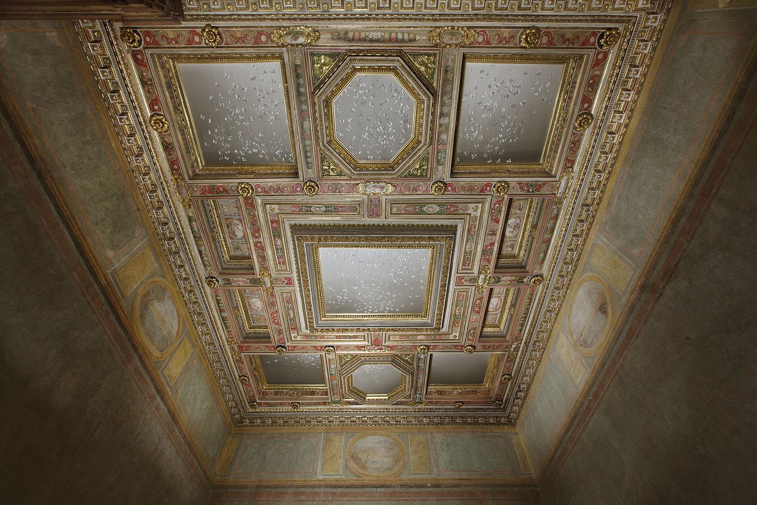 stanza_degli_amori_con_opera_di_Claudio_Parmiggiani_ph._Claudio_Abate_(4)