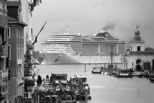 9.-Gianni-Berengo-Gardin-Le-grandi-navi-da-crociera-invadono-la-cittÖ-2013