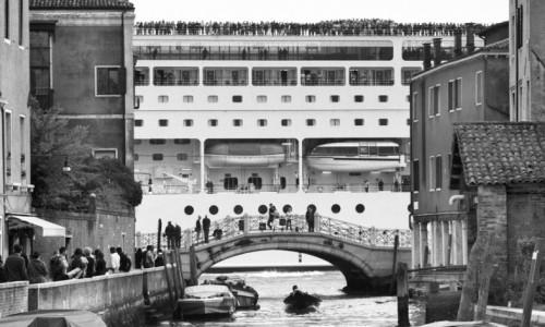 Le-grandi-navi-da-crociera-invadono-Venezia
