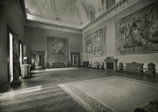 sala-della-lupa-veduta-d-insieme-della-sala-arazzi-fiamminghi-alle-pareti-e-scultura-della-lupa-romana-bronzo-1