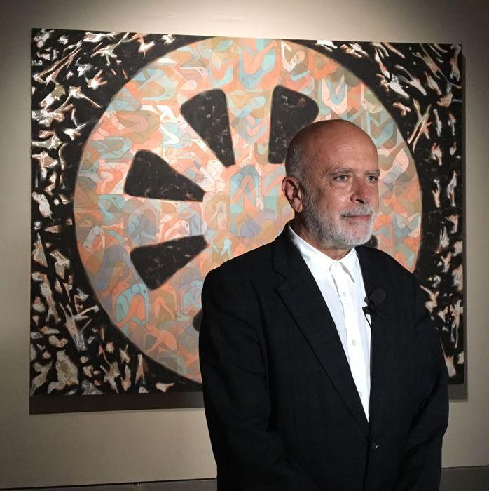 Francesco Clemente davanti ad una delle opere esposte a Siena nella rassegna Fiori a New York