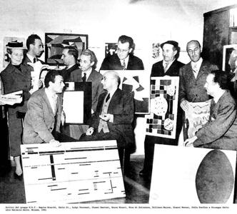 I MEMBRI DEL M.A.C. RIUNITI IN UNA FOTO DI GRUPPO ALLA LIBRERIA SALTO-APRILE 1951
