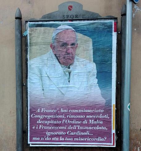 Papa: a Roma manifesti di contestazione contro Francesco