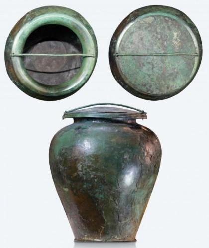 8_grande-vaso-in-bronzo-stamnos-con-coperchio_cinerario-della-tomba-del-carro-della-ca_-morta_v-sec-a-c-_c2a9-mibact