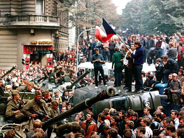 77785-09_-DREAMERS-1968-CAMERA-PRESS-CONTRASTO-Abitanti-di-Praga-su-di-un-carrarmato-sovietico-in-piazza-Venceslao-21-agosto