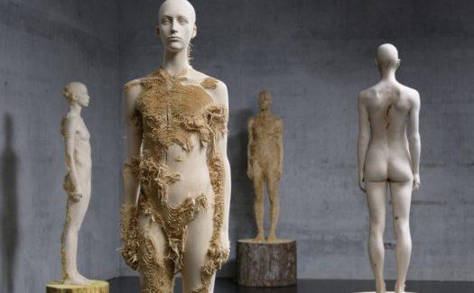 Lo-scultore-Aron-Demetz-525x325