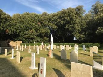 cimitero_degli_artisti_maurizio_cattelan_san_quirico_d_orcia_2018_07_29-e1532858763658
