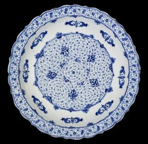 Piatto-con-decoro-a-spirali-Tug-rakes-spiral-style-Iznik-Turchia-1525-1535-circa-Ceramica-smaltata-Kuwait-City-Al-Sabah-Collection-Dar-al