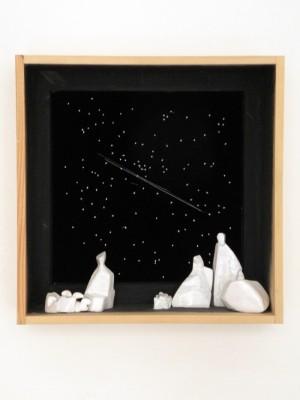 44_Presepe-1984.-Ceramica-filo-su-velluto-legno-acrilico-56x56x21-cm-