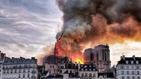 Notre-Dame-in-fiamme.-Parigi-piange-secoli-di-storia