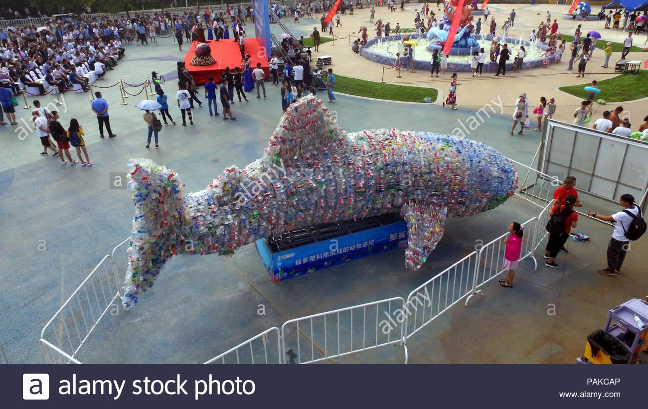 rizhao-rizhao-cina-il-24-luglio-2018-rizhao-cina-un-squalo-balena-fatto-di-piu-di-40000-abbandonato-le-bottiglie-di-plastica-