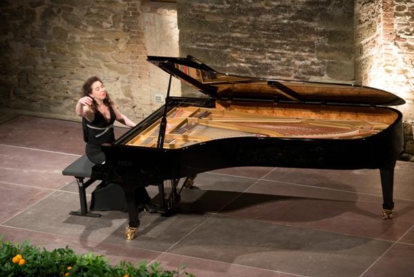 3 Angela Hewitt durante un concerto del Trasimeno Music Festival al Castello dei Cavalieri di Malta a Magione