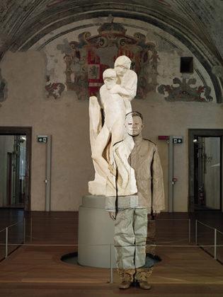 liu-bolin_-Pietà-di-Michelangelo-Castello-Sforzesco-Milano-315x420