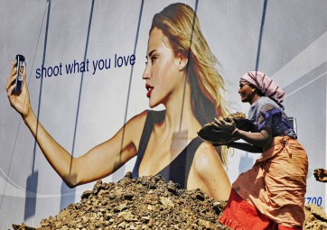 Ashish Gupta_A women labour works during a road work in Andheri_Mumbai_08032004