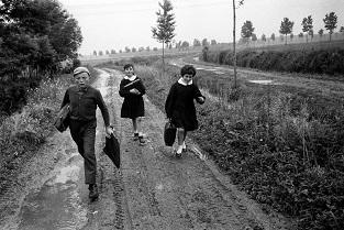 Andando a scuola nella pianura emiliana_Reggio Emilia_1964_ph. Mario Dondero