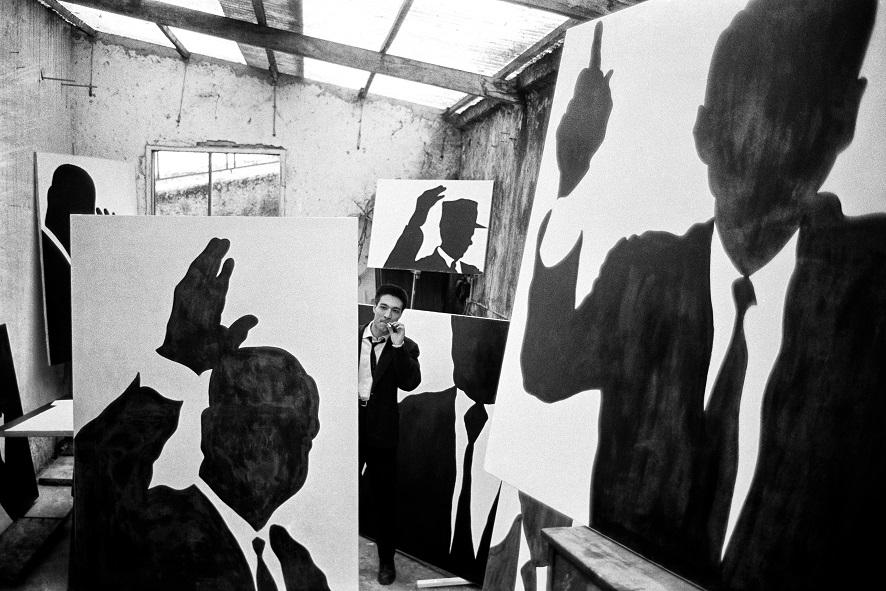 Sergio Lombardo_il pittore nel suo studio_Roma_1961_ph. Mario Dondero (2)