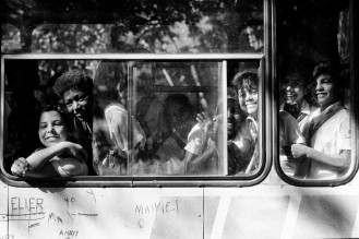 Sorrisi dall_autobus_Cuba_1992_ph. Mario Dondero (2)