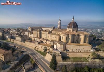 la_basilica_della_santa_casa_di_loreto_nelle_marche_meta_di_pellegrinaggi_da_tutta_italia