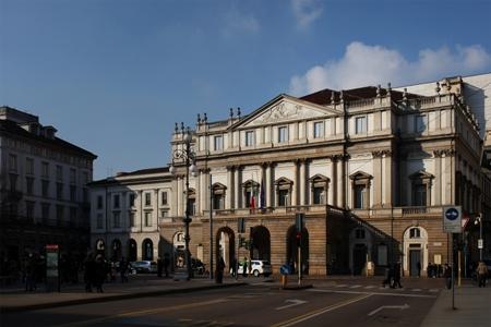 Veduta_di_tre_quarti_della_facciata_del_Teatro_alla_Scala,_Milano