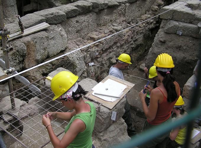 1280px-Archaeology.rome_.arp_