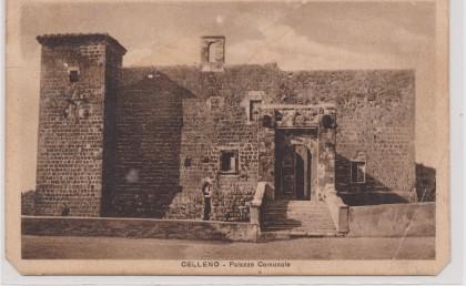 Il_castello_orsini,_all'epoca_sede_comunale,_in_una_cartolina_del_1947
