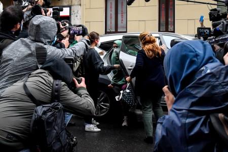 Silvia Romano torna a casa: la volontaria liberata è arrivata nel suo quartiere a MilanoSilvia Romano torna a casa: la volontaria liberata è arrivata nel suo quartiere a Milano
