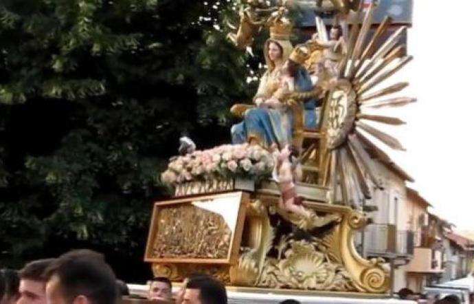 1562173116345.jpg--villafrati___inchino__mafioso_durante_processione_corpus_domini