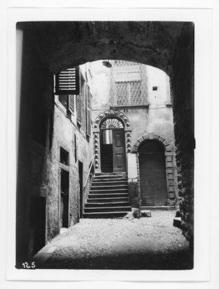Scorcio-di-cortile-interno-con-portoni-e-finestre-su-via-Mario-Lupo-a-Bergamo-©-Museo-delle-storie-di-Bergamo-Archivio-fotografico-Sestini-–-Raccolta-Domenico-Lucchetti-318x420