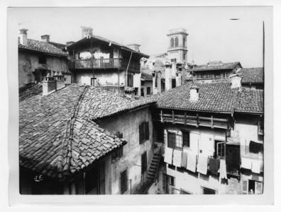 Veduta-di-tetti-Bergamo-Alta-©-Museo-delle-storie-di-Bergamo-Archivio-fotografico-Sestini-–-Raccolta-Domenico-Lucchetti-696x527