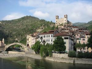 1200px-Dolceacqua38_-_Panorama_del_paese_vecchio