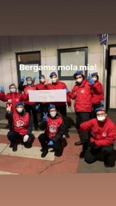 I City Angels di Bergamo davanti alla mensa dei poveri, dove prestano servizio quotidiano