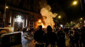 A Napoli, Roma e in altre città si protesta contro il lockdown