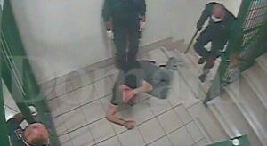 Carcere di Santa Maria Capua Vetere: un'immagine del pestaggio di alcuni detenuti da parte della polizia penitenziaria