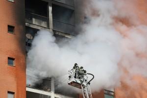 Incendio ad un palazzo di 14 piani in Via Cogne