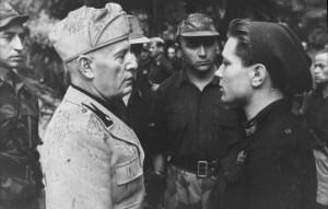 Bundesarchiv_Bild_101I-316-1181-11,_Italien,_Benito_Mussolini_mit_italienischen_Soldaten