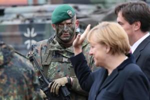 Angela Merkel in visita al centro di addestramento dell'esercito Munster