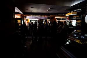 Caracas, in penombra senza energia elettrica in un negozio di alimentari