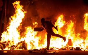 I roghi appiccati dai manifestanti in calle Mallorca a Barcellona