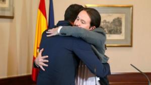 Il caloroso abbraccio tra Sánchez e Iglesias dopo aver firmato il patto tra PSOe Pdemos per fomare un governo progressista