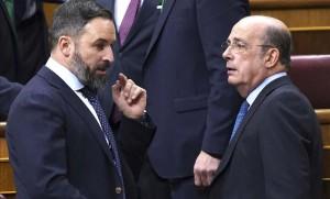 Santiago Abascal (sx), leader di Vox e Ignacio Gil Lázaro, eletto vice presidente delle Camera dei Deputai a Madrid tra le polemiche della sinistra,