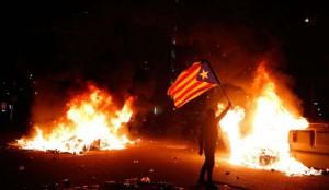 Gli indipendentisti integralisti catalani hanno messo a ferro e fuoco la zona di Can Nou mentre si giocava il derby di Spagna Barcelona F.C. - Real Madrid