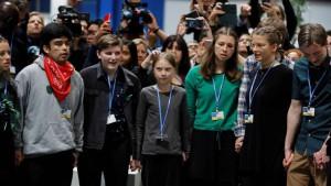 La sedicenne attivista svedese Greta Thunberg, creatrice dei Friday For Future, anche lei al vertice è arrivata dagli Usa dopo tre settimane di barca.