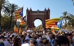 Manifestazione all'Arc del Triunf di Barcellona per chiedere l'indipendenza: ma in questi ani a Catalogna si è impoverita come Pil e ricchezza pro capite