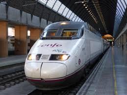 Uno dei super treni veloci dell'AVE, l'alta velocità spagnola che opera da oltre vent'anni. La linea Madrid-Barcellona è la più utilizzata: 600 km in 2h33m.