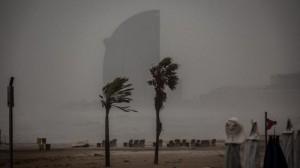 La spiaggia di Barcellona spazzata dai venti a 100km/h della Tempesta Gloria.